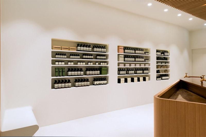 白い塗り壁の商品棚