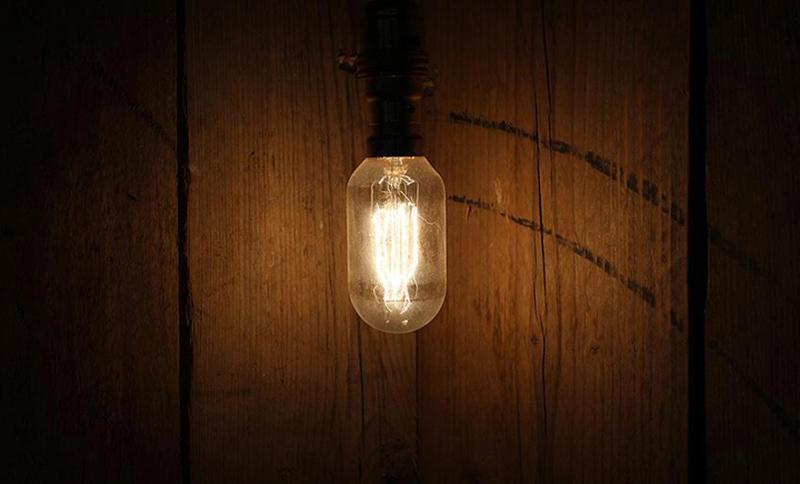 古材とアンティーク電球
