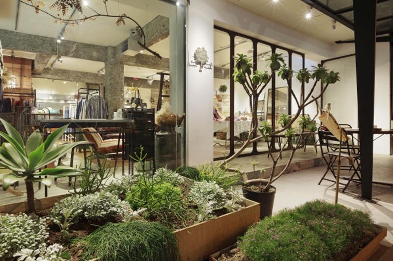 植物に囲まれたテラス
